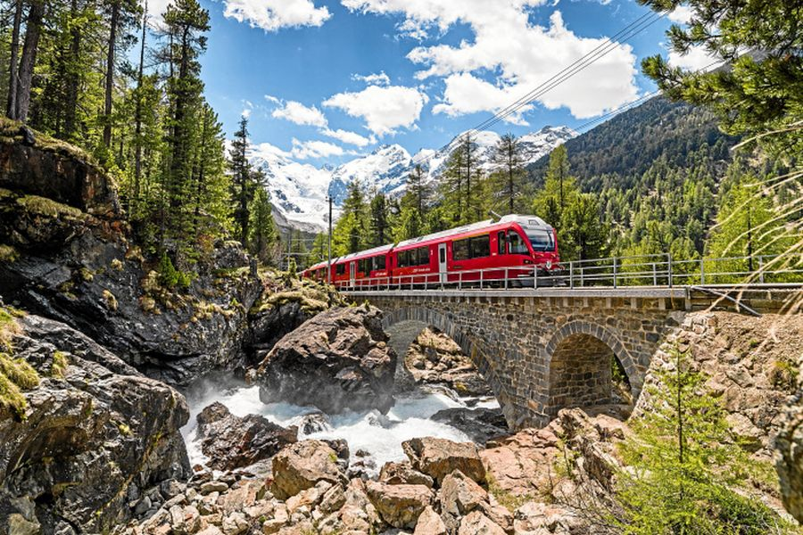 RHAETISCHE BAHN: Rhaetische Bahn/RhB - ALLEGRA-Triebzug oberhalb von Morteratsch, im Vordergrund der Berninabach. Rhaetian Railway/RhB - An ALLEGRA railcar above Morteratsch, with the Berninabach mountain stream in the background. Ferrovia retica/FR - Elettrotreno ALLEGRA sopra Morteratsch, in primo piano il ghiacciaio di Morteratsch. Copyright by Rhaetische Bahn By-line: swiss-image.ch/Erik Suesskind