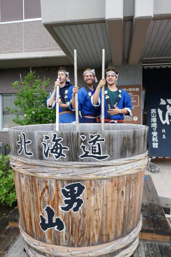 Reisetagebuch Elena und Mateo - Asahikawa - Otokoyama Sake Brauerei - (von rechts nach links) Maxime, ich, Liam