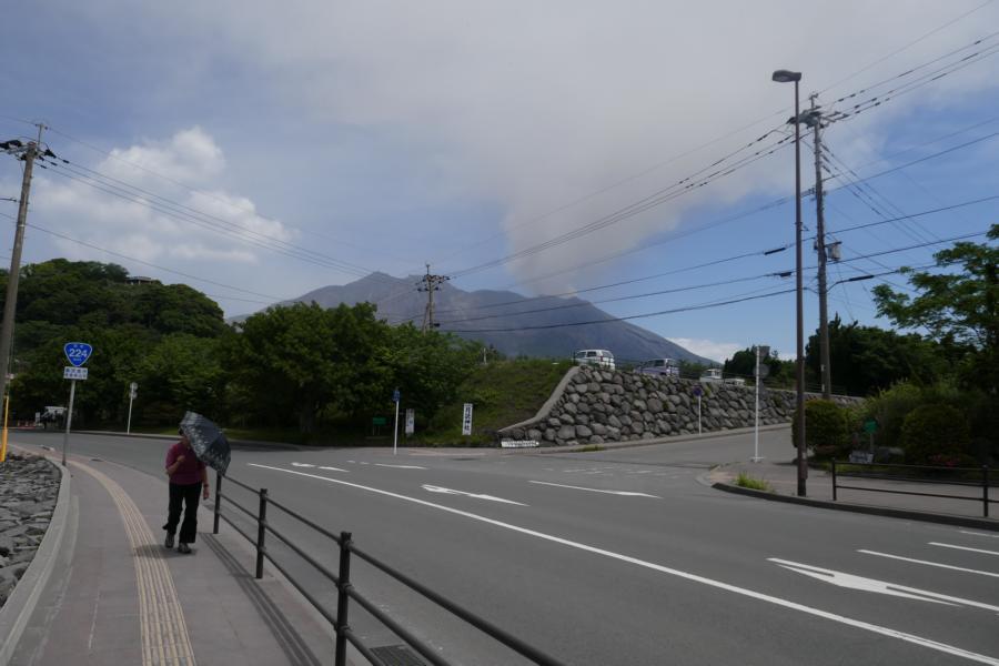 Reisetagebuch Elena und Mateo - Vulkan Sakurajima - Ausbruch - Schutz mit dem Regenschirm vor der herunterregnenden Asche