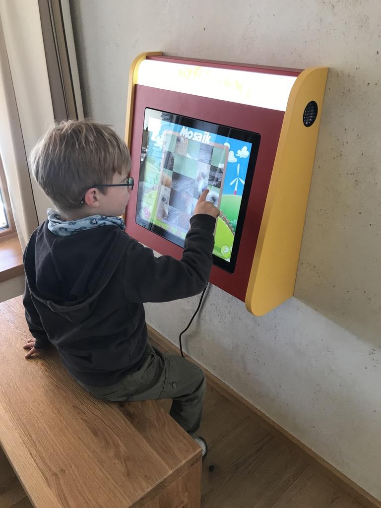 Spieletablets mit mehreren Minispielen stehen an verschiedenen Ecken zur Verfügung.