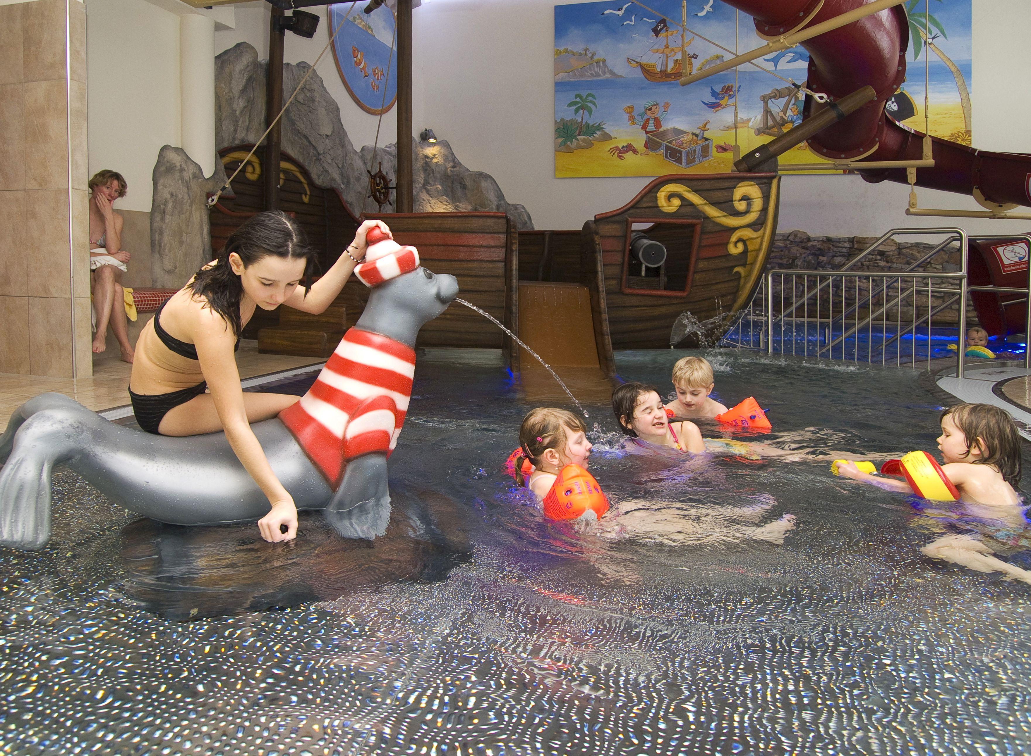 Kinderhallenbad mit Piratenschiff (c)Hotel Peternhof