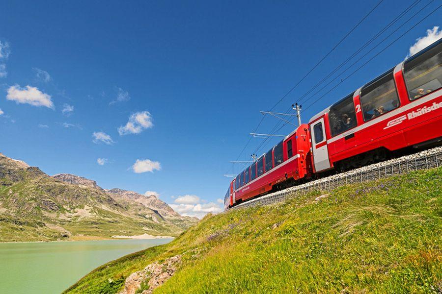 RHAETISCHE BAHN: Rhaetische Bahn/RhB - Der Bernina Express entlang des Lago Bianco. Eine Fahrt von den Gletschern zu den Palmen. Rhaetian Railway/RhB - Bernina Express running beside Lake Bianco. Ferrovia retica/FR - Bernina Express - Il Bernina Express lungo il Lago Bianco. Un viaggio dai ghiacciai alle palme. Copyright by Rhaetische Bahn By-line: swiss-image.ch/Erik Suesskind
