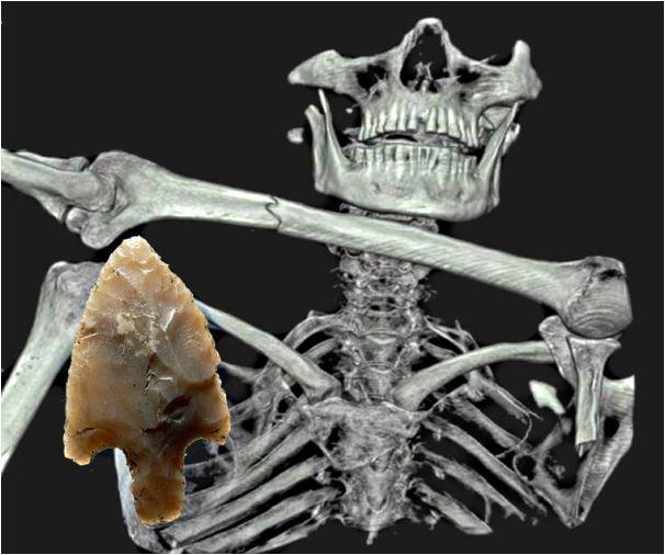 (c)Alexander_Binsteiner Im Vordergrund Kupferbeil von Grabenstätt am Chiemsee (Länge 11,4 cm), typisch für die oberitalische Remedello-Kultur mit aufgehämmerten Randleisten zur besseren Schäftung. Nahezu identisch ist das Kupferbeil des Ötzi, vollständig erhalten mit Stiel