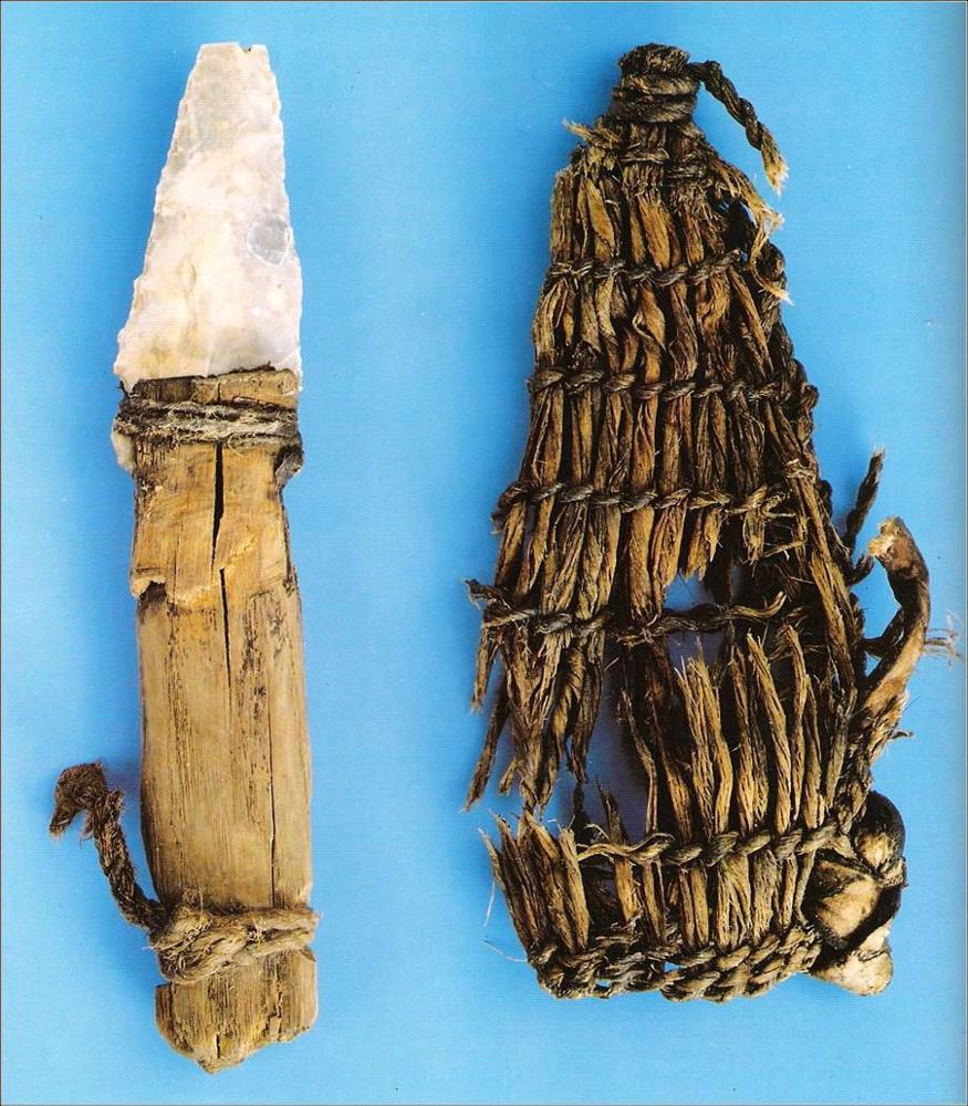 (c)Alexander Binsteiner - Ötzi-Ausrüstung Dolch mit angebrochener Spitze aus Lessinischem Feuerstein mit Griff ausEschenholz und einer Scheide aus Lindenbast