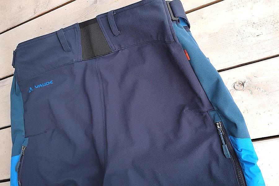 VAUDE Men's All Year Moab ZO Pants - Bund hinten höher geschnitten und elastisch, das verspricht Komfort ©be-outdoor