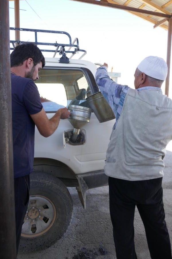 Reisetagebuch Elena und Mateo - Tanken auf dem Pamir Highway