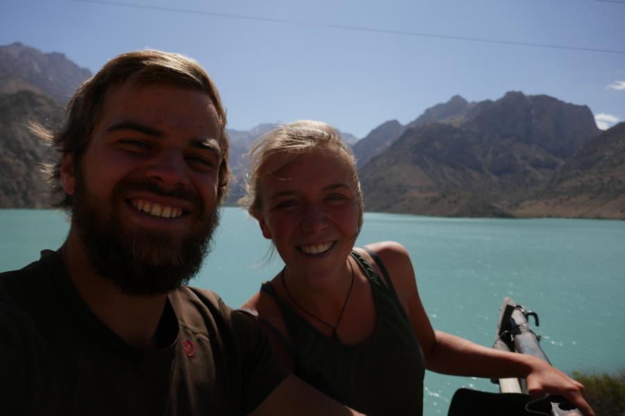 Reisetagebuch Elena und Mateo - per Anhalter auf der Ladefläche eines Lastwagens zum Iskanderkul See