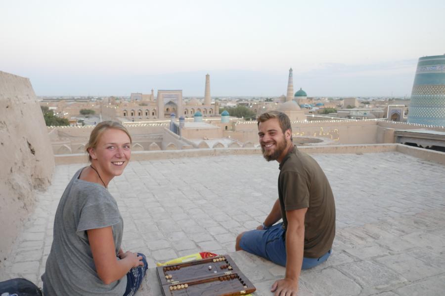 Reisetagebuch Elena und Mateo - mit unserem neuen Holz-Backgammon auf der Burgmauer
