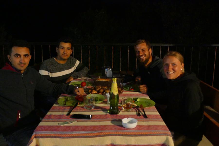 Reisetagebuch Elena und Mateo - im Restaurant in Quba
