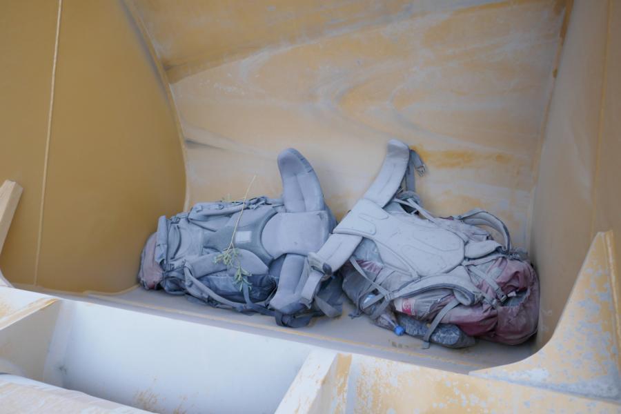 Reisetagebuch Elena und Mateo - per Anhalter auf dem pamir Highway über die M41, unsere Rucksäcke mussten wir in der auf dem Anhänger transportierten Baggerschaufel verstauen