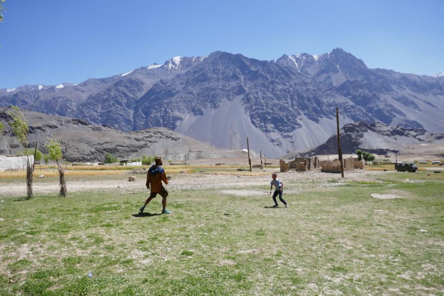 Reisetagebuch Elena und Mateo - Bartang Valley (Roshov), Fußball spielen mit den Dorf-Jungs
