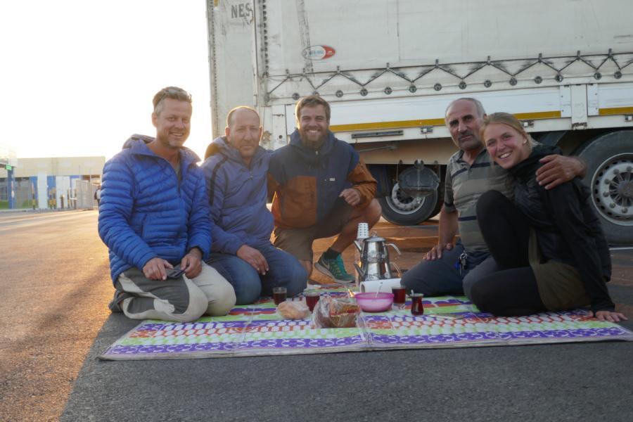 Reisetagebuch Elena und Mateo - mit der Fähre von Kasachstan nach Aserbaidschan,türkisches Abendessen am Fährhafen
