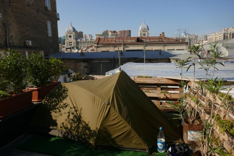 Reisetagebuch Elena und Mateo - unser Zeltplatz auf der Dachterasse in Baku