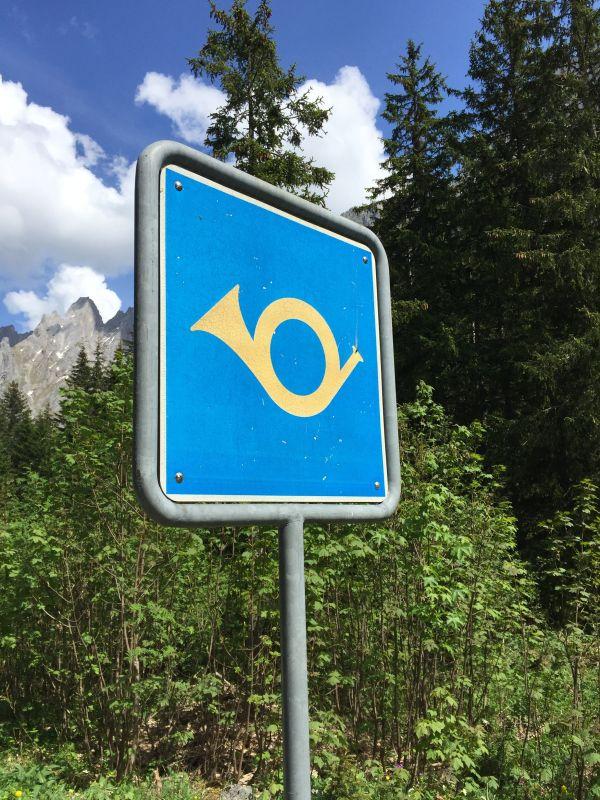 Vorsicht Bergpoststrasse in der Schweiz © MAMO Photography AdobeStock