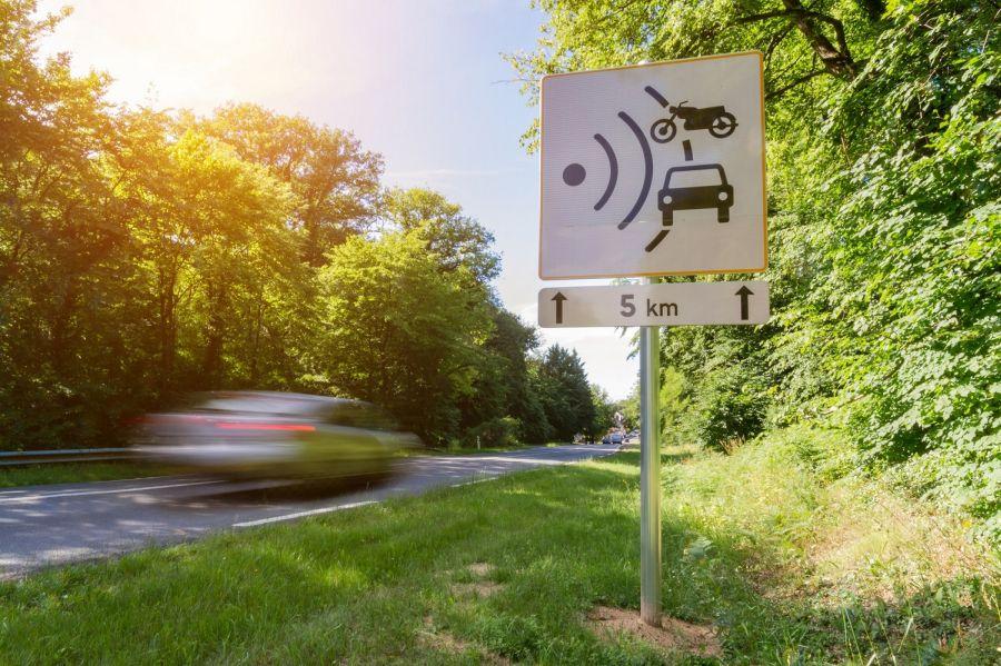 Geschwindigkeitsbegrenzung © Sdecoret-AdobeStock // Sunny Cars