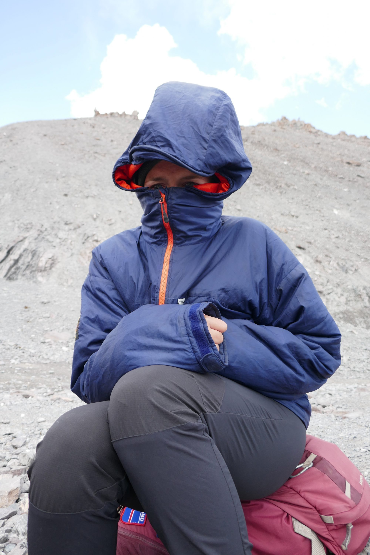 Paramo Torres Alturo Midnight Jacket - auch Elena nutzte die schnell über alles gezogene Jacke gerne. Hier an einem Gipfel im Fann Gebirge (Tadschikistan)