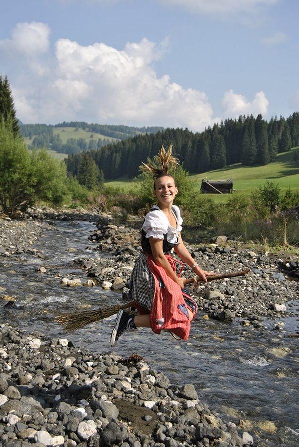 Mit der kleinen Hexe Curadina auf dem Erlebniswanderweg (c)Tirler Dolomites Living Hotel