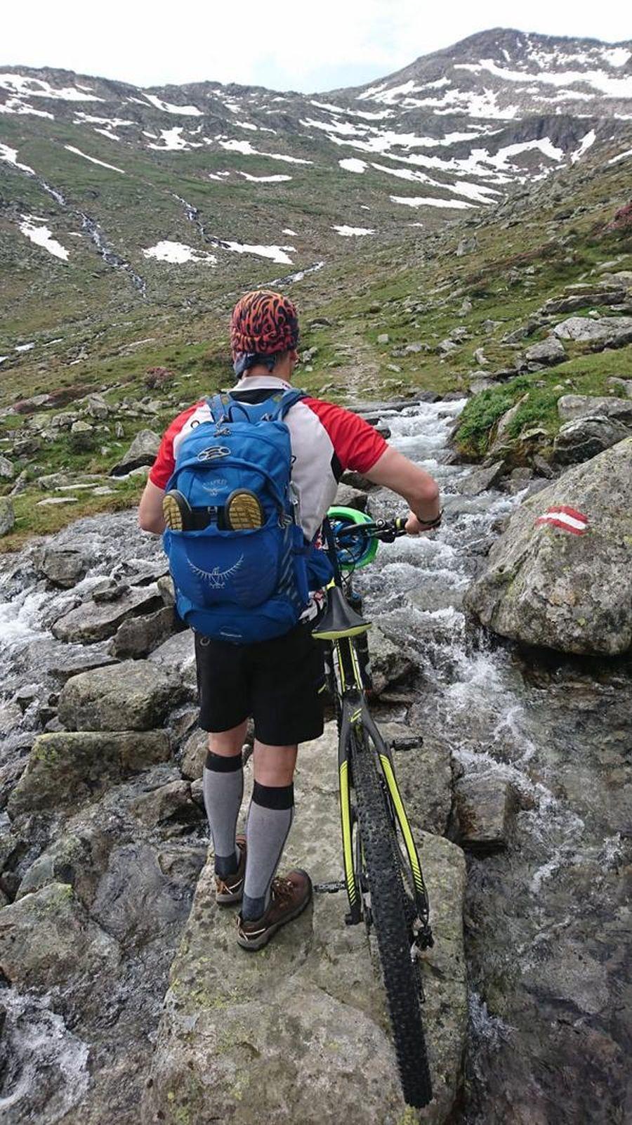 (c)be-outdoor.de_Alpencross2019_Osprey_Escapist32_Keen_Targhee_mid_EXP_WP