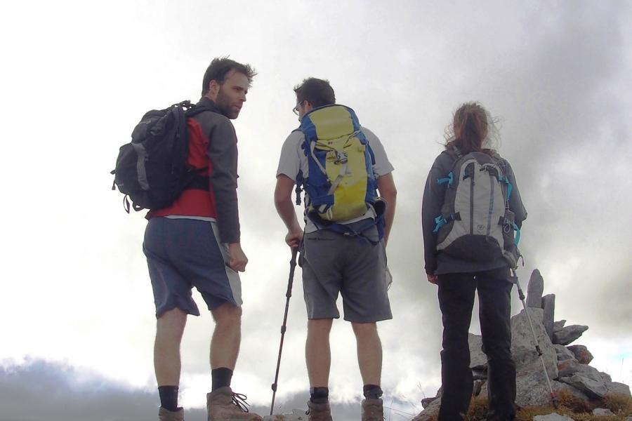 Hechotal-Bergwanderführer-Álvaro-de-Andres-links-Wanderer-entdecken-mit-ihm-seine-Wahlheimat-in-den-westlichen-Pyrenäen-c-Natours-Reisen