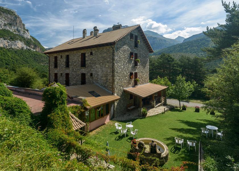 Hechotal Das kleine Berghotel Usón liegt umgeben von hohen Gipfeln auf 1000 Metern Höhe Alvaro_Hotel-300 (c) Natours Reisen