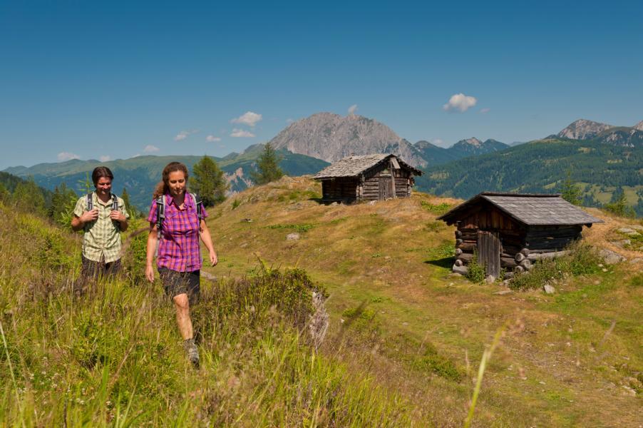 Lesachtal-Wanderer-genießen-das-Lesachtal Wanderer genießen das Gefühl die grandiose Natur für sich alleine zu haben ©-Franz-Gerdl_TVB-