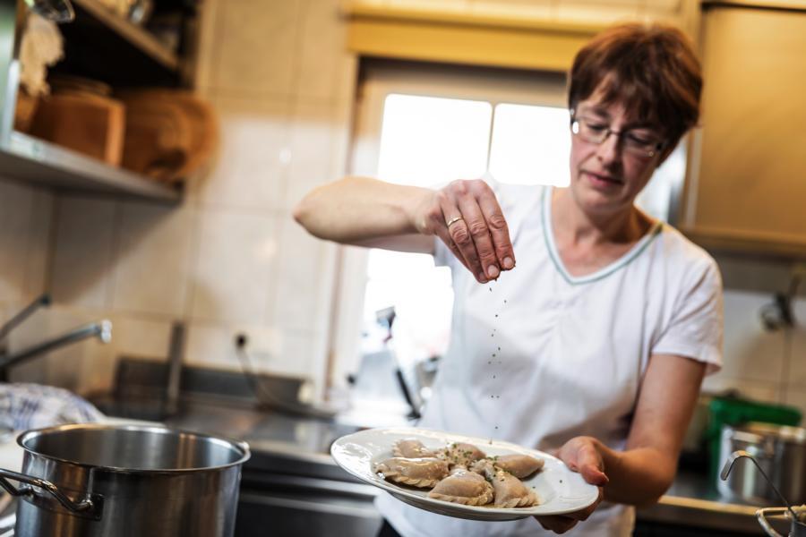 Lesachtal-Urlaubern-werden-lokale-Spezialitäten-serviert-kärntnerische-Küche-–-mit-einem-Hauch-von-Italien-©-www.tinefoto.com