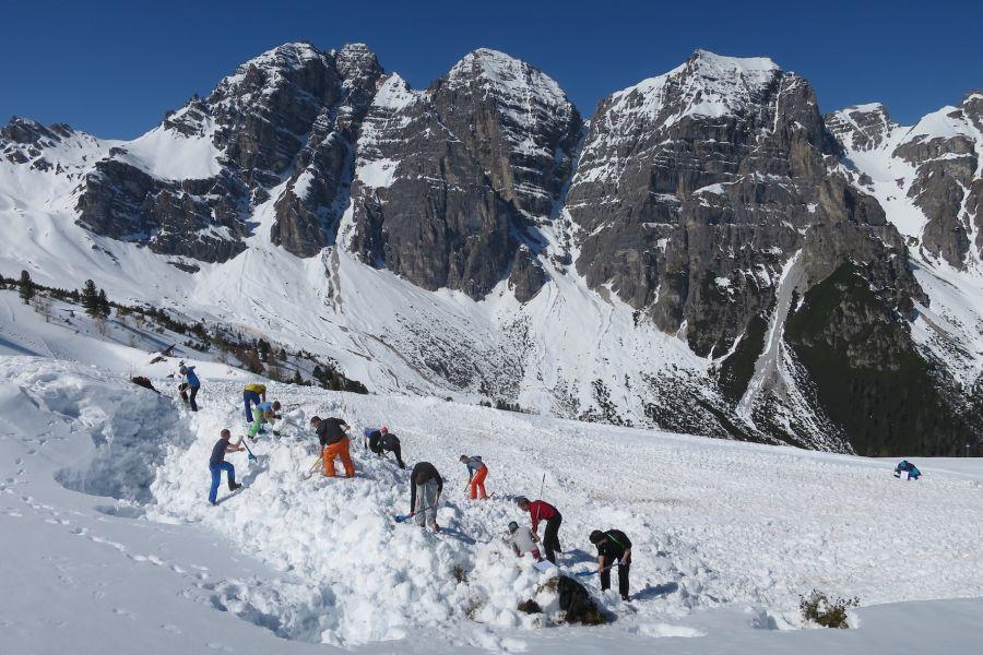 Alpinmesse Innsbruck - Ausgrabung von Verschütteten (c)Bernd Wallner
