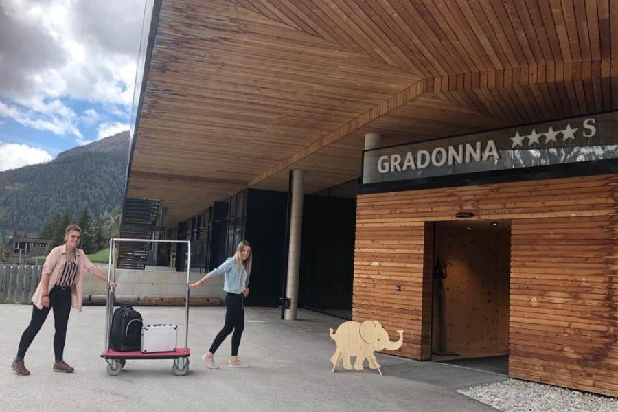 (c) Gradonna Mountain Resort Babyelefanten checken ein