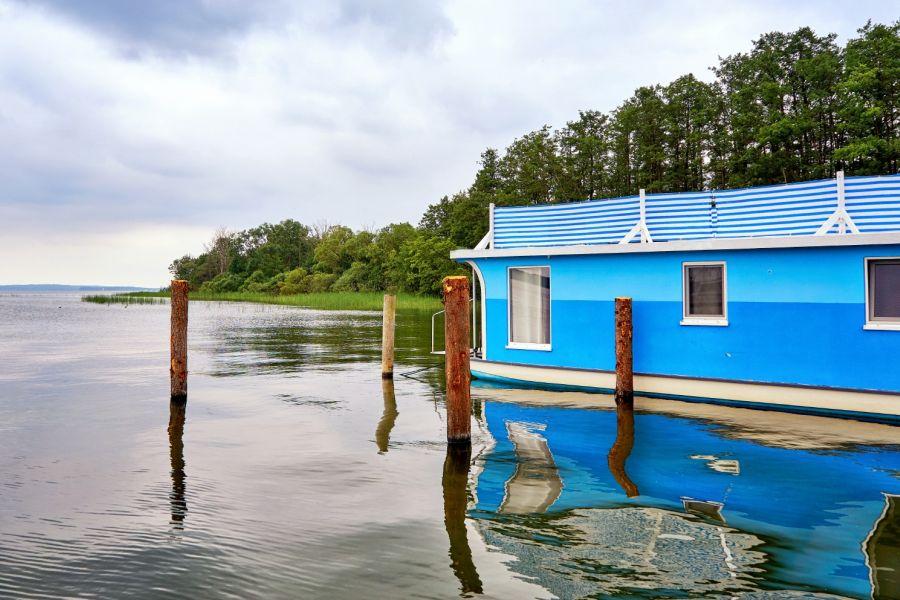 (c)iStock - Urlaub auf dem Hausboot (Schweriner Seenplatte in Mecklenburg-Vorpommern)