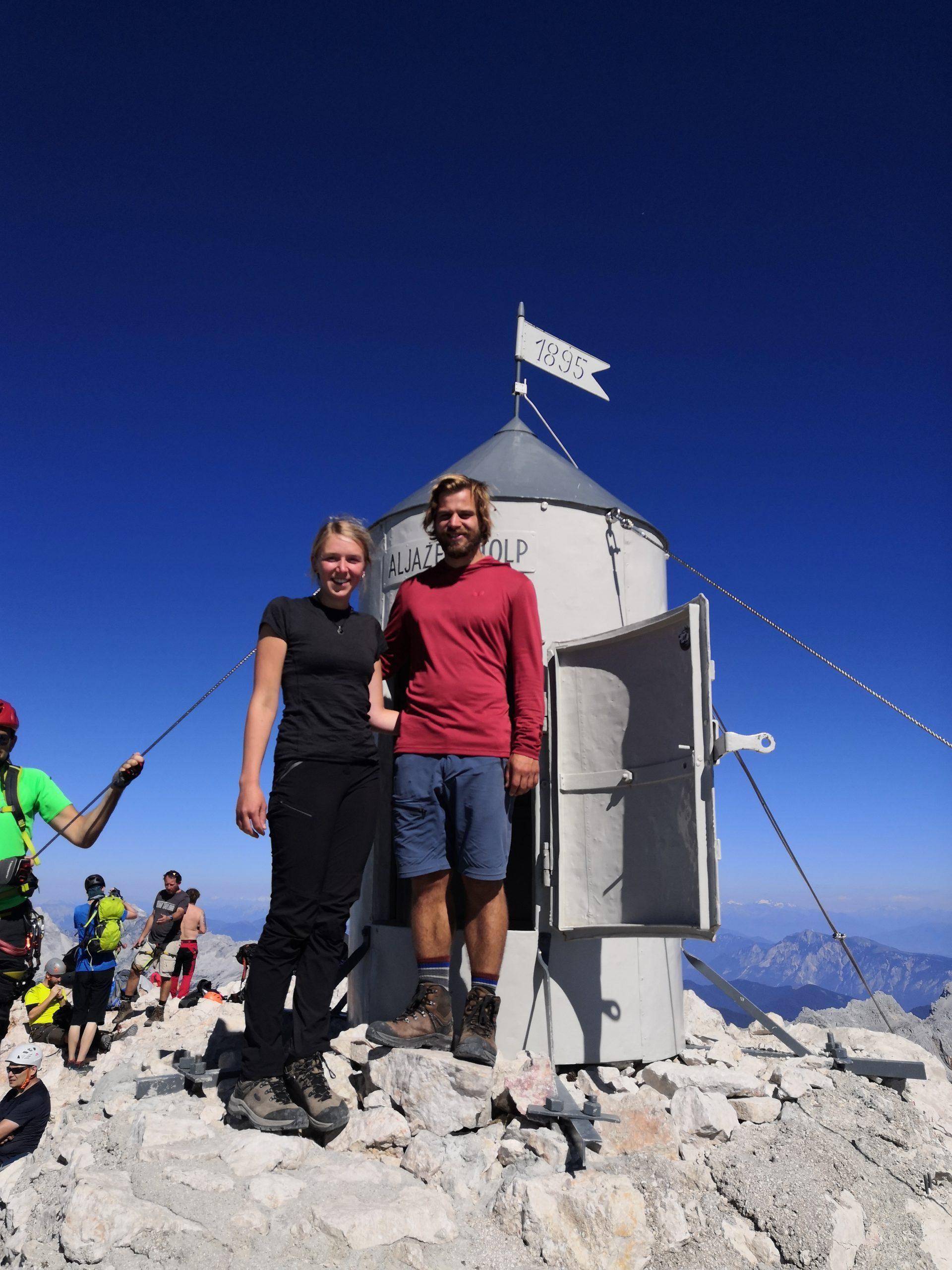 Mit Helly Hansen auf den Gipfel des höchsten Bergs Sloweniens, dem Triglav - l. Merino Light T-Shirt Damen, r. Active Solen Hoodie Herren
